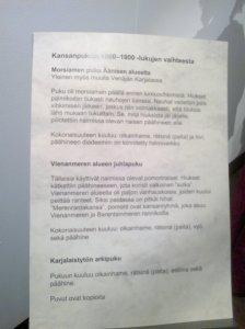 Kyltti kansanpuvuista: morsiamen puku Äänisen alueelta, Vienanmeren alueen juhlapuku ja karjalaistytön arkipuku.