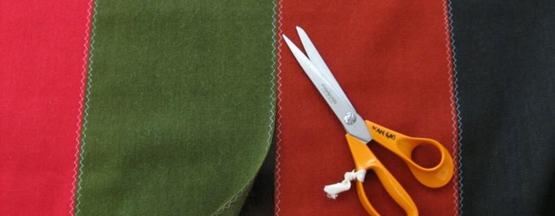 Etelä-Pohjanmaan naisen kansallispuku, käsinkudottu parkkumi, tasku