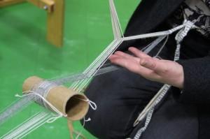 Pirtanauhaa papelolla: toinen viriö avautuu kartonkirullan halkaisijan kokoiseksi, toinen viriö nostetaan irtoniisillä.