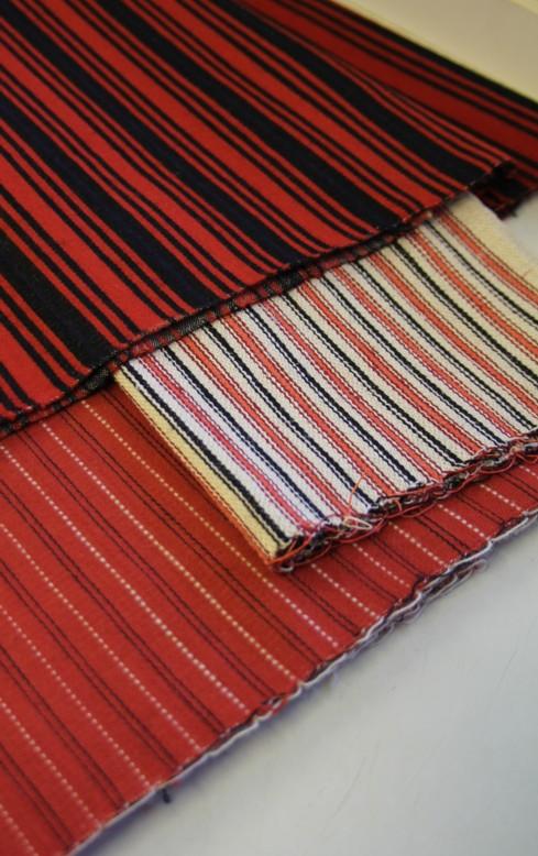 Päällimmäisenä röijykangasta, välissä liivin selkämystä ja alimpana liivin miehustaa.