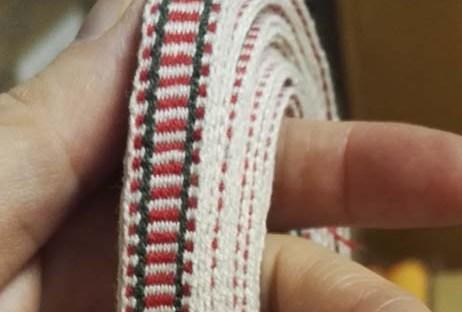Etelä-Pohjanmaan naisen tarkistettu kansallispuku, pirtanauha, käsinkudottu