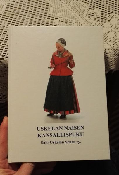 Kirja Uskelan kansallispuvusta.