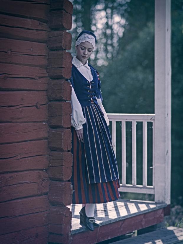 Laura Lahtinen Finströmin kansallispuvussa