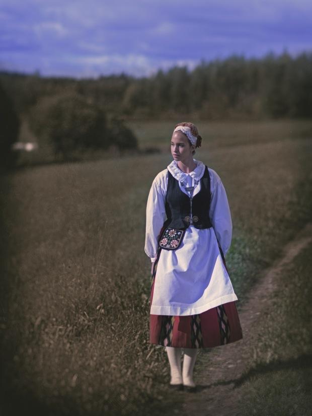Riina Salokorpi Jalasjärven kansallispuvussa