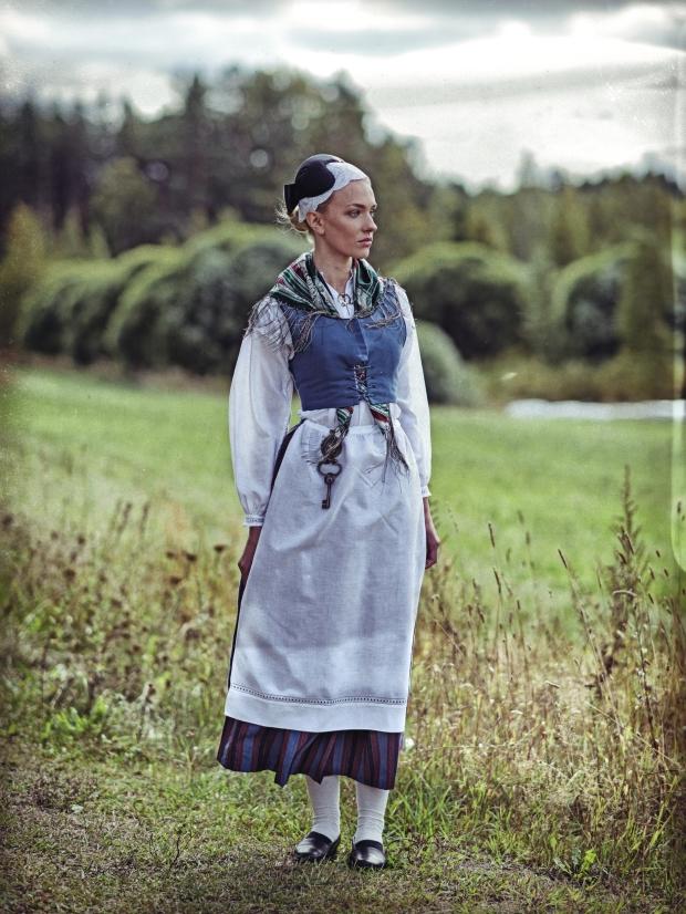 Anni Harjunpää Tornionlaakson kansallispuvussa