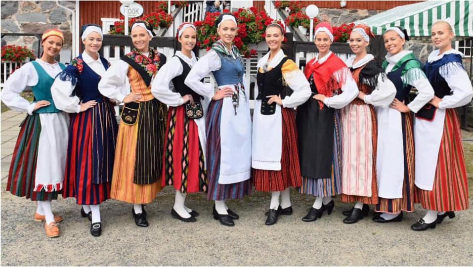 Miss Suomi 2019 -finalistit kansallispuvuissa.