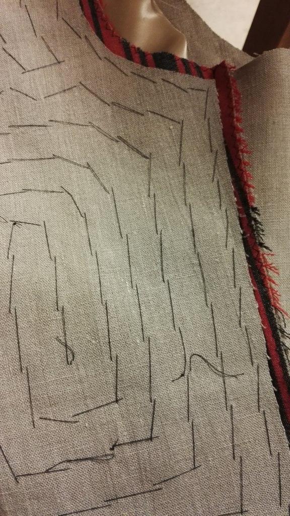 kansallispuvun liivin tukeminen pellavapalttina vuoripellava