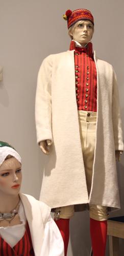 Säkylän naisen ja miehen tarkistettu kansallispuku Suomen käsityön museon näyttelyssä 2017.